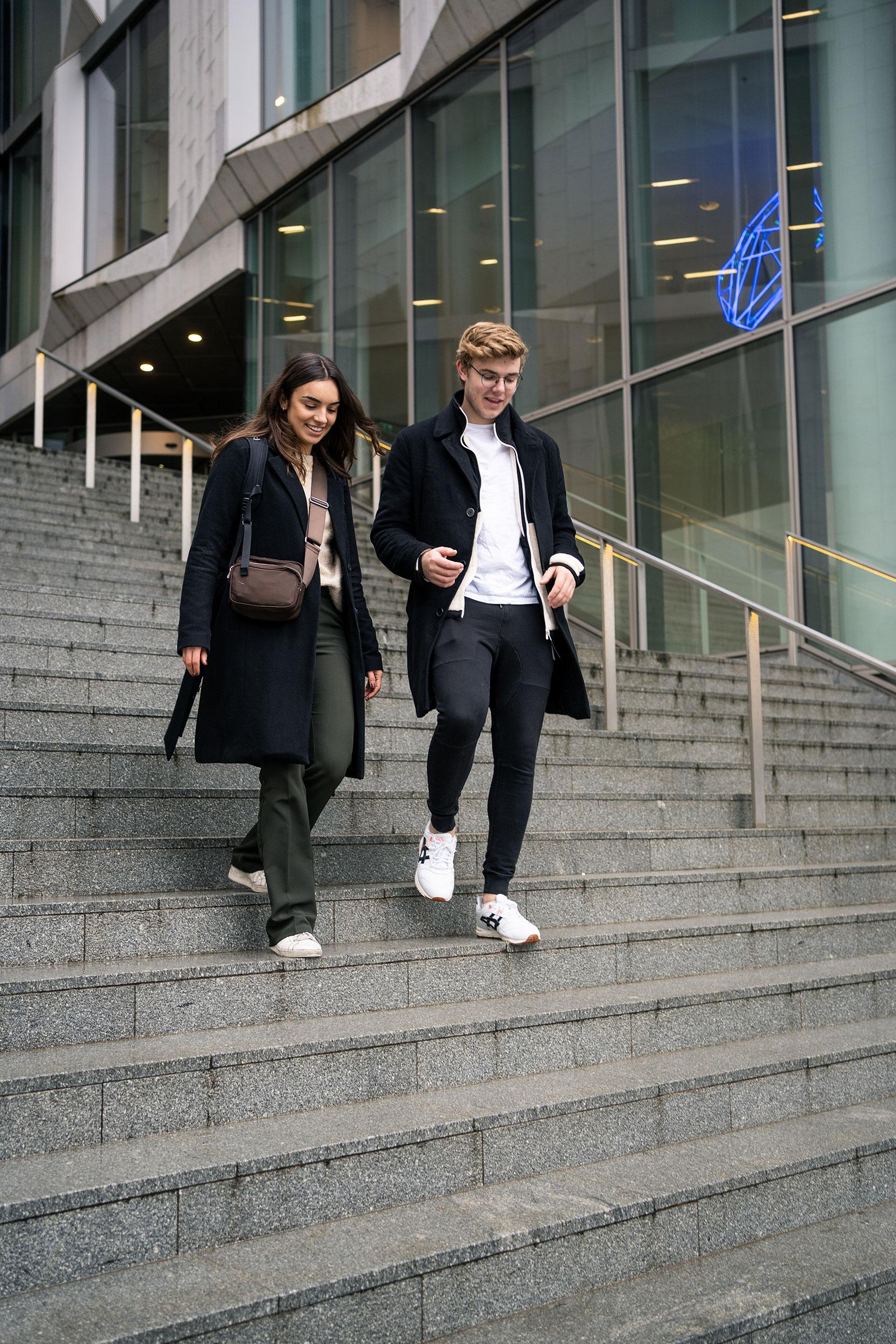 To kursister på trappe